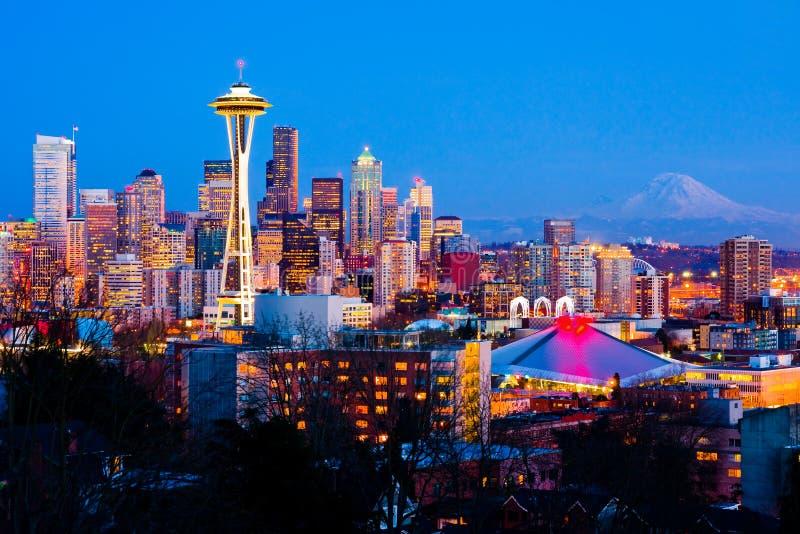 Seattle céntrica en la noche fotos de archivo