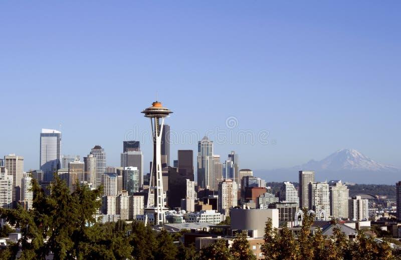Seattle con la aguja del espacio y el mt. Más lluvioso imagen de archivo