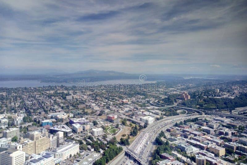 Seattle, de V.S. - 2 September, 2018: Satellietbeeld die de stadshorizon van Seattle Washington met bergketens op ver overzien stock foto's