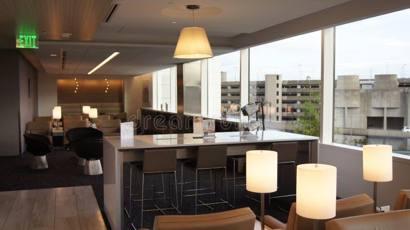 SEATTLE, EUA - 4 DE OUTUBRO DE 2014: interior do aeroporto, sala de estar com área de assento em SeaTac fotos de stock royalty free