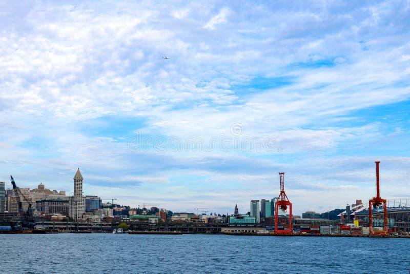 Seattle, EUA, o 31 de agosto de 2018: Guindastes da carga no porto de Seattle foto de stock royalty free