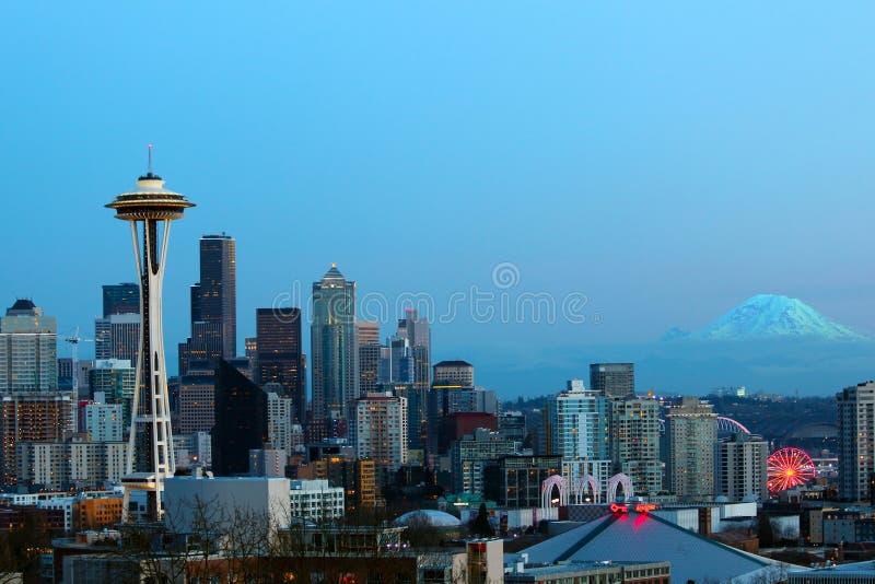 Seattle horisont i solnedgången med den mer regniga utrymmevisaren och berget royaltyfria bilder