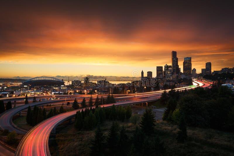 Seattle horisont på solnedgången arkivfoton
