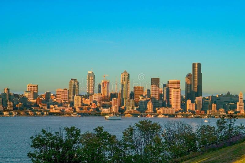 Seattle horisont under blå timme arkivbild