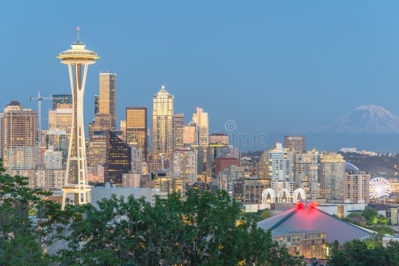 Seattle i stadens centrum Cityscape med Mt Rainnier från Kerry Park arkivfoto
