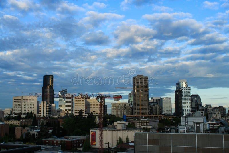 Seattle im Stadtzentrum gelegen mit Kränen, Stadt-Szenenbau lizenzfreie stockfotos