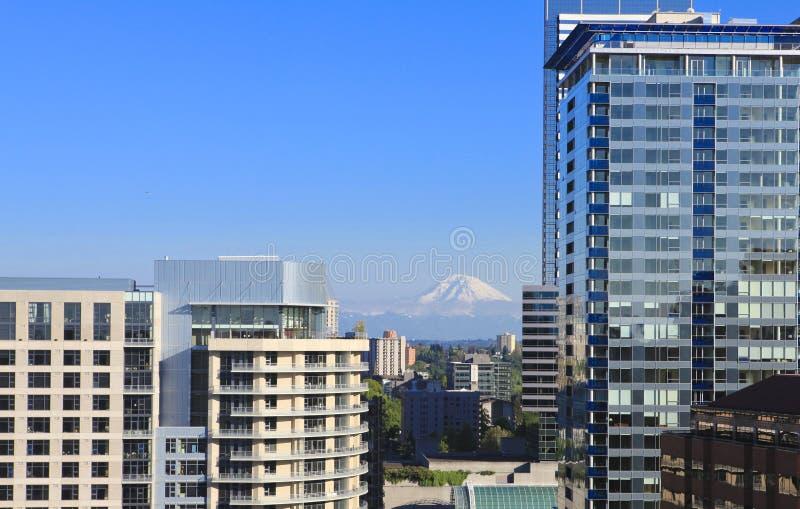 Seattle im Stadtzentrum gelegenes, neues Skyscapers und Mt Ranier stockbild
