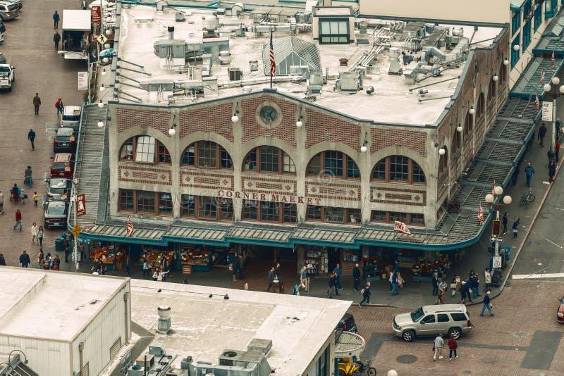 SEATTLE - Kwiecień 27, 2016: Narożnikowy Targowy wejście przy szczupaka miejscem w Seattle, WA Historyczny budynek jest częścią s obrazy royalty free