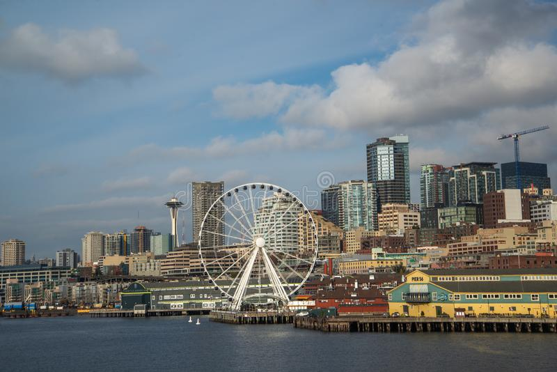 Seattle linia horyzontu z Astronautycznym Igielnym seansem i nabrzeże, zdjęcie royalty free