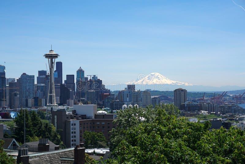 Seattle linia horyzontu z Mt Dżdżystym w tle zdjęcie stock