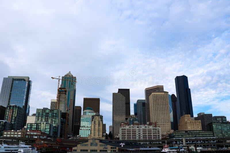 Seattle, los E.E.U.U., el 31 de agosto de 2018: Embarcadero 55 y 54 de la costa de Seattle Visión céntrica desde el transbordador imágenes de archivo libres de regalías