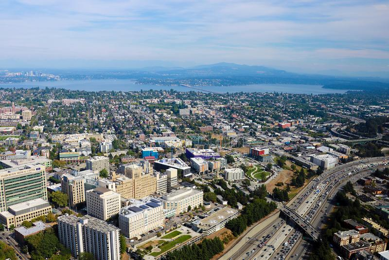 Seattle, los E.E.U.U., el 31 de agosto de 2018: Vista aérea del horizonte céntrico del centro de ciudad de Seattle imagen de archivo