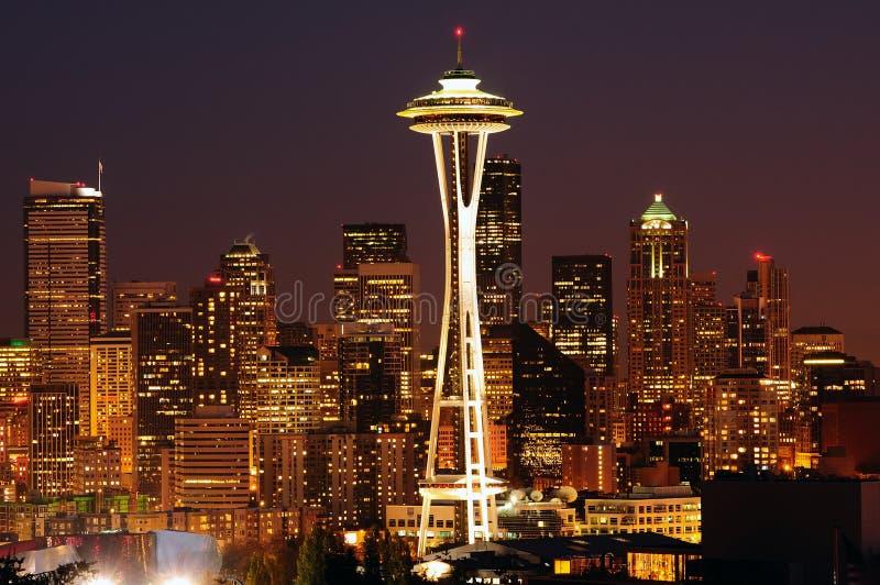 Seattle o mais brilhante na noite foto de stock