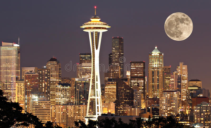 Seattle på natten med moonen fotografering för bildbyråer