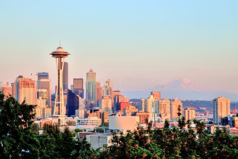 Seattle pejzaż miejski z Mt Dżdżysty w tle przy zmierzchem, Waszyngton obrazy stock