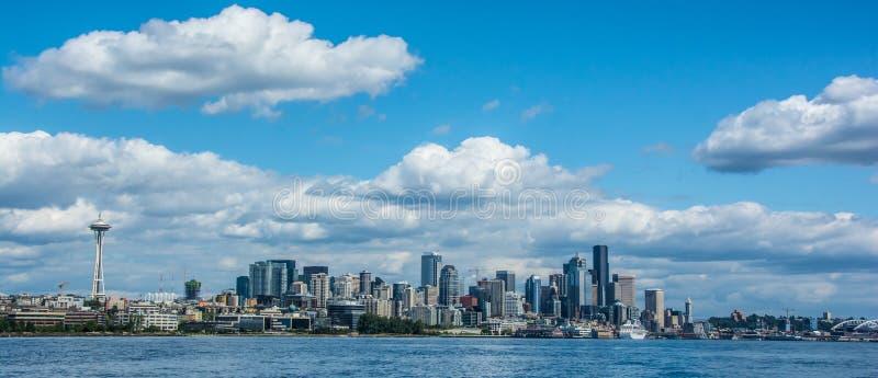 Seattle-Skyline angesehen von West-Seattle, WA lizenzfreie stockbilder