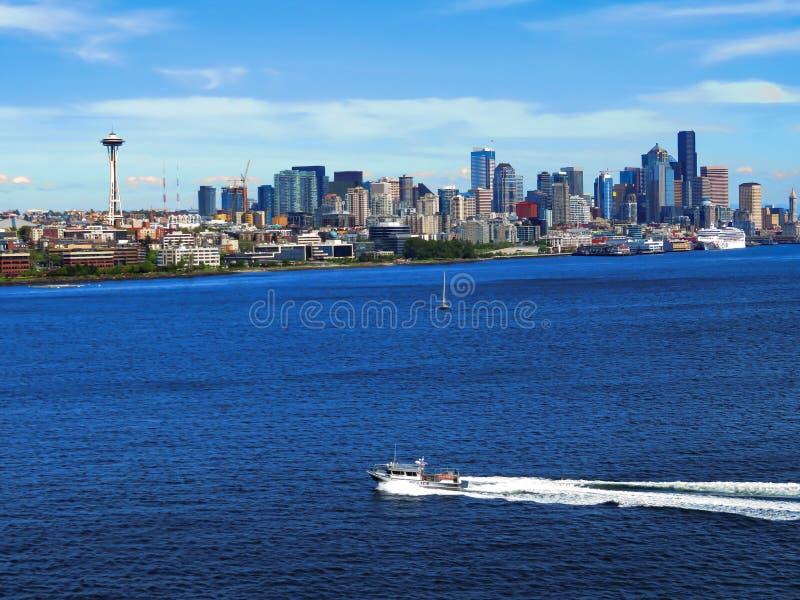 Seattle-Skyline an einem klaren Tag des blauen Himmels lizenzfreies stockfoto
