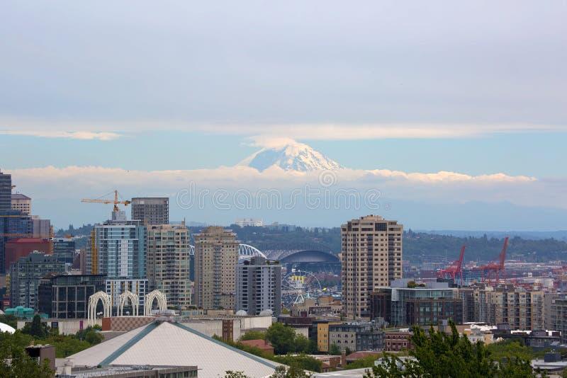 Seattle-Skyline mit Mt regnerischer in den Wolken lizenzfreie stockfotografie