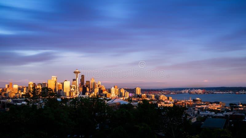 Seattle-Skyline am Sonnenuntergang lizenzfreie stockbilder