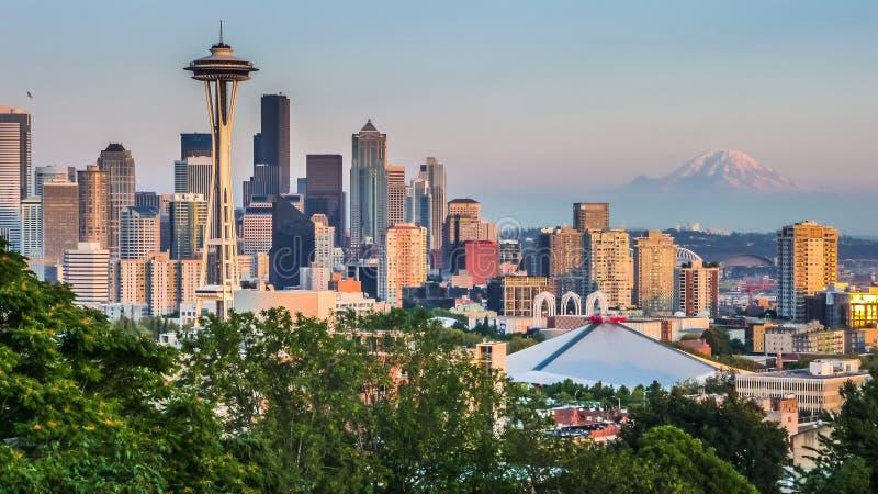 Seattle-Skylinepanorama bei Sonnenuntergang, wie von Kerry Park, WA, USA gesehen lizenzfreie stockbilder