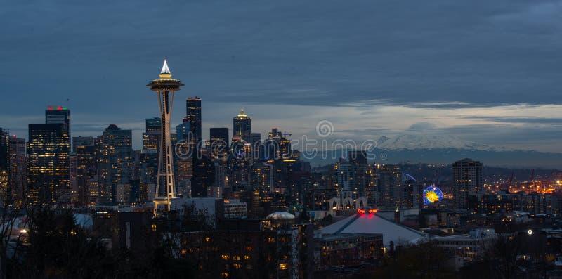 Seattle stadshorisont på skymningen I stadens centrum Seattle Cityscape royaltyfria foton