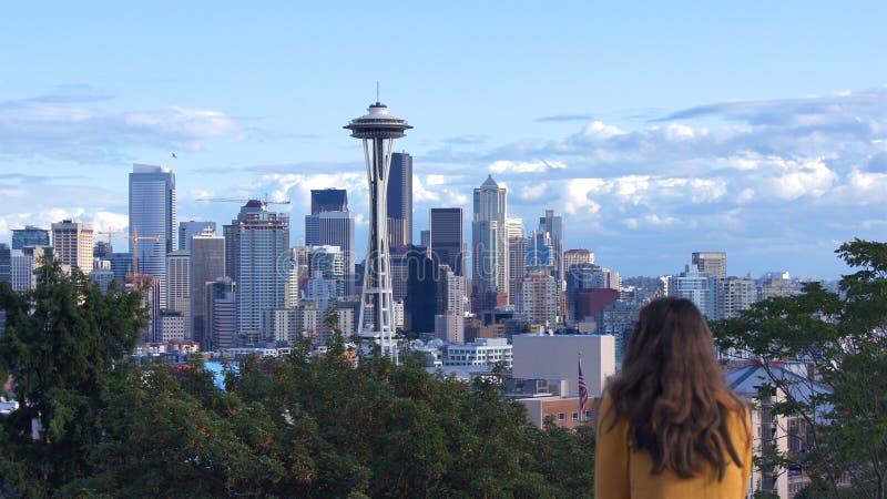 SEATTLE STATEN WASHINGTON, FÖRENTA STATERNA - OKTOBER 10, 2014: Horisontpanoramasikt från Kerry Park under dagen, kvinna royaltyfri fotografi