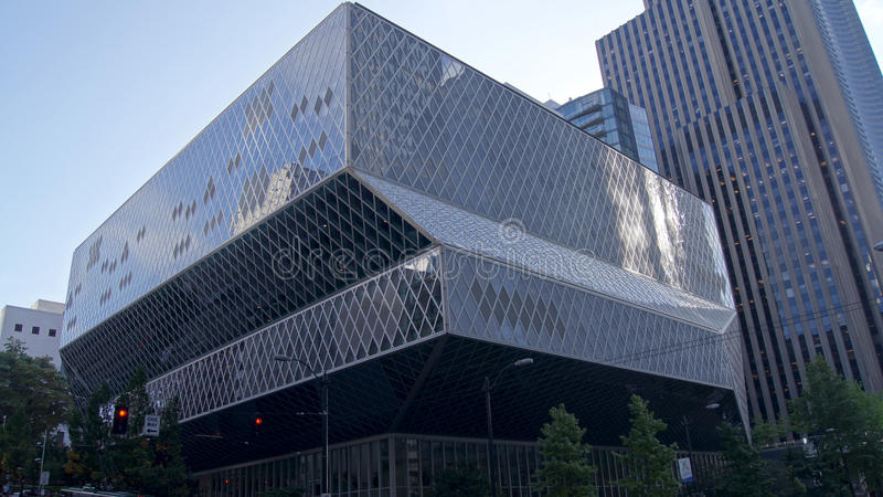 SEATTLE STATEN WASHINGTON, USA - OKTOBER 10, 2014: Offentliga biblioteket i centrum planlades av Rem Koolhaas och Joshua royaltyfria bilder