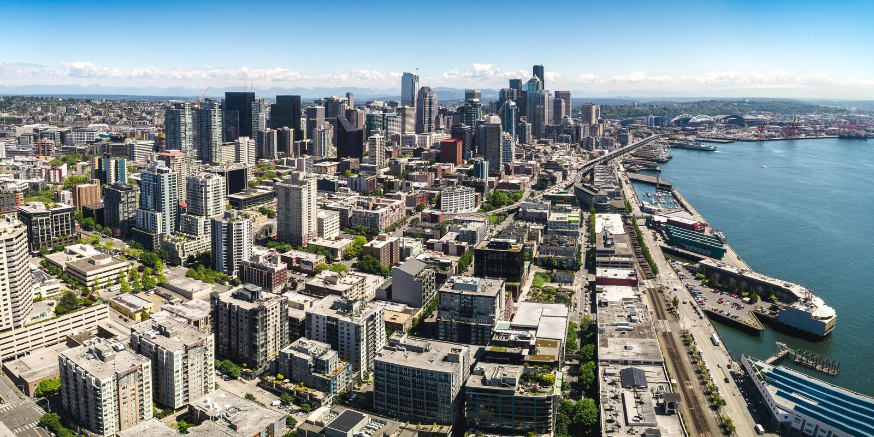 Seattle strandpir och horisontbyggnader ljusa Sunny Summer Day Aerial royaltyfri bild
