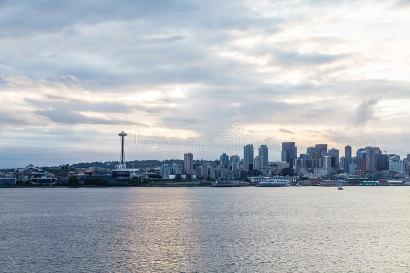 Seattle sull'alba nuvolosa immagine stock libera da diritti