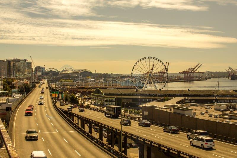 Seattle-Ufergegend am Nachmittag mit Blick auf das Riesenrad lizenzfreies stockbild