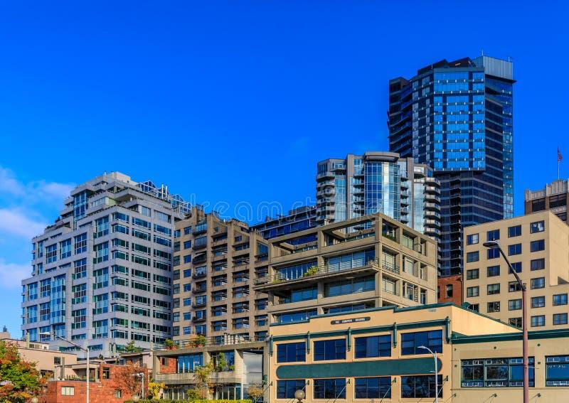 Seattle-Ufergegendskyline durch den Pike-Platz-Markt lizenzfreie stockbilder