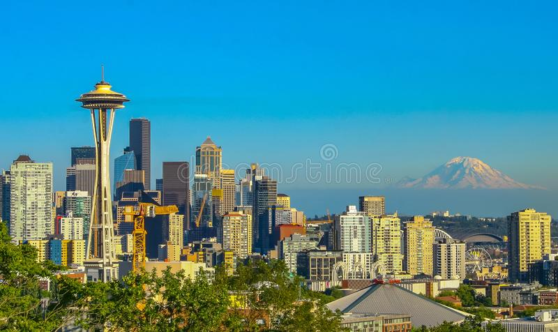 Seattle utrymmevisare, mer regnig berg, solnedgång arkivbilder