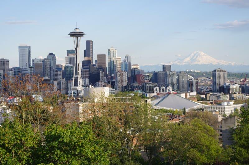 Seattle van de binnenstad dat van de heuvel van Koningin wordt gezien Anne royalty-vrije stock foto's