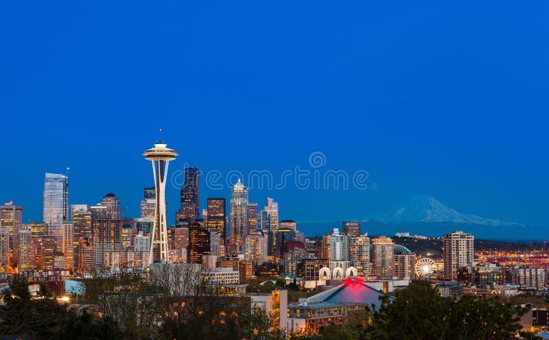 Seattle w centrum linia horyzontu i Mt Dżdżysty przy nocą WA obrazy stock