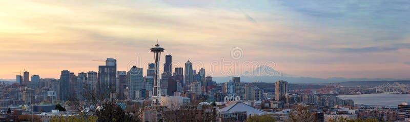 Seattle WA linia horyzontu z górą Dżdżystą podczas wschód słońca panoramy obraz stock