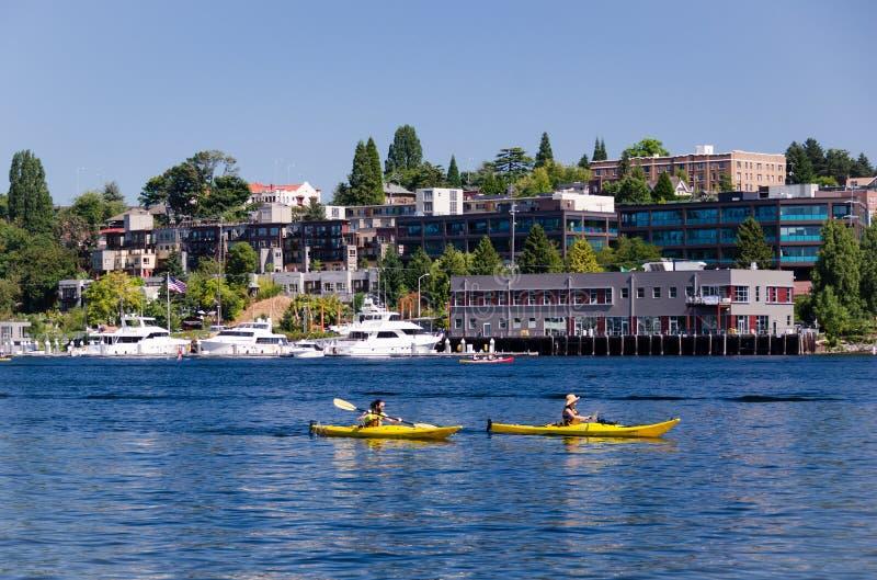 Seattle, Washington - 25 août 2010 : Kayakers sur l'union de lac image stock
