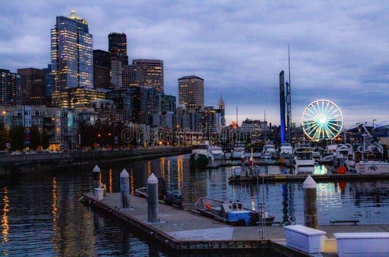 Seattle Washington City Skyline, muelle y puerto deportivo en la oscuridad foto de archivo