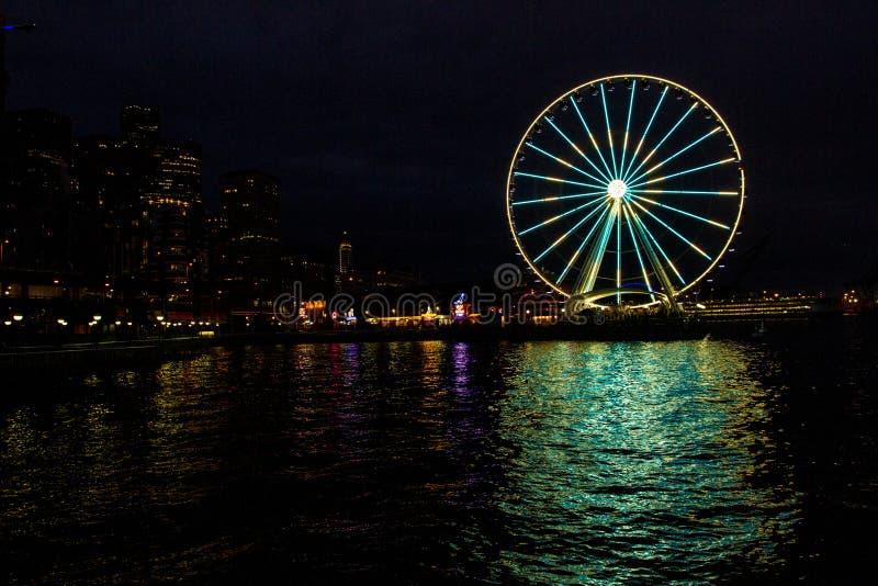 Seattle Washington City Skyline y Ferris Wheel en el muelle tarde en la noche foto de archivo