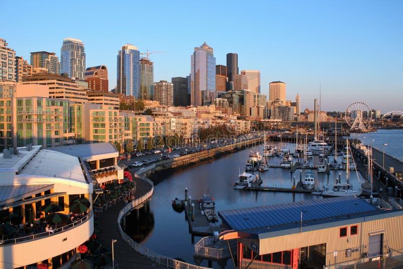 Seattle, Washington, 9/14/2017, de horizon van Seattle met wedijvert van de watervoorzijde en het Wiel stock fotografie