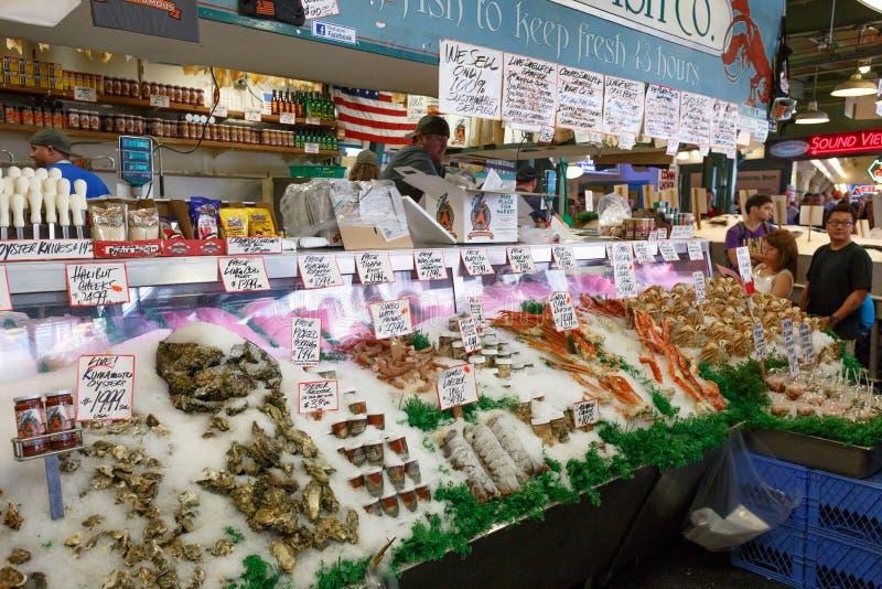 Seattle, Washington, de V.S. - 4 Mei, 2018: De Vissenmarkt van de snoekenplaats - beroemde markt in Seattle royalty-vrije stock foto's