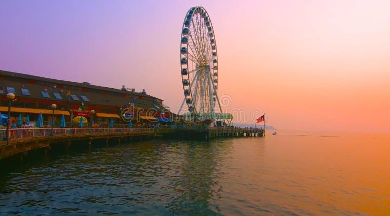 Seattle, Washington, Estados Unidos usa janvier, 10, 2019, Seattle waterfront com Great Wheel e o Puget Sound com um ferry imagens de stock royalty free