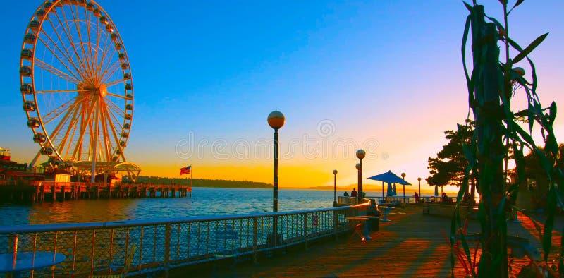 Seattle, Washington, Estados Unidos usa janvier, 10, 2019, Seattle waterfront com Seattle Great Wheel, pôr do sol, turista fotografia de stock royalty free