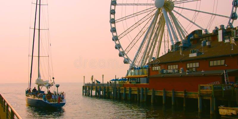 Seattle, Washington, Estados Unidos usa janvier, 10, 2019 Seattle waterfront stilt house restaurante com a Grande Roda Ferris imagem de stock