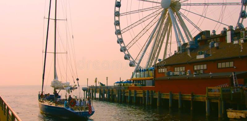 Seattle, Washington, Estados Unidos usa janvier, 10, 2019 Seattle waterfront stilt house restaurante com a Grande Roda Ferris fotografia de stock
