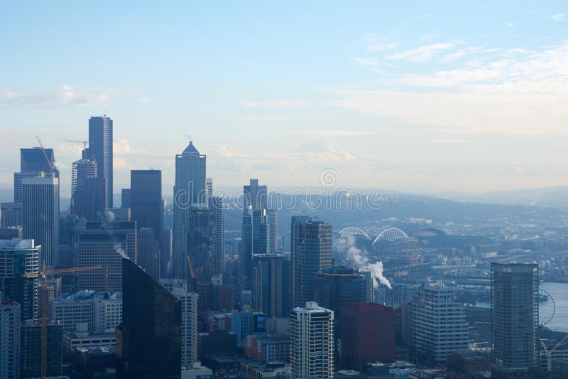 SEATTLE, WASHINGTON, EUA - 23 de janeiro de 2017: skyline de Seattle do centro, vista da parte superior da agulha do espaço duran imagem de stock royalty free