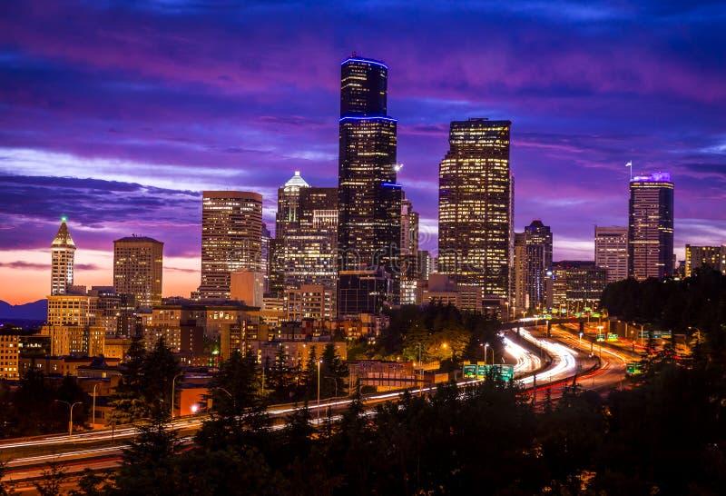 Seattle Washington horisont på skymning arkivfoto