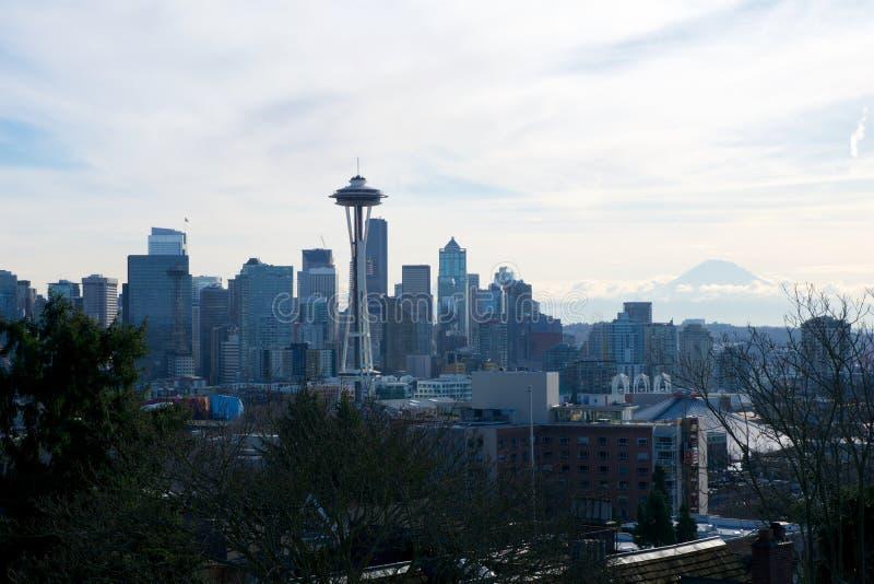 SEATTLE, WASHINGTON, los E.E.U.U. - 23 de enero de 2017: Panorama del horizonte de Seattle visto de Kerry Park durante la luz de  imágenes de archivo libres de regalías