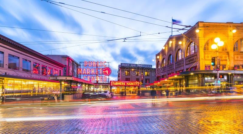 Seattle, Washington, S.U.A. 02/06/17: Il mercato di posto di luccio con riflette fotografie stock
