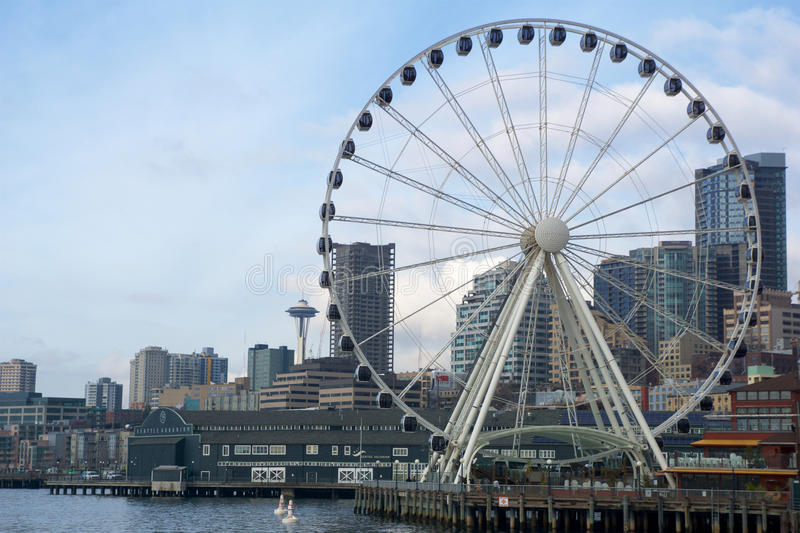 SEATTLE, WASHINGTON, U.S.A. - 25 gennaio 2017: Una vista su Seattle del centro dalle acque di Puget Sound Pilastri, grattacieli fotografia stock