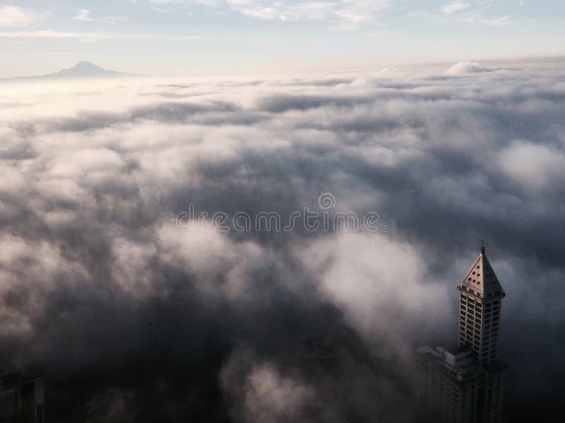 Seattle Washington Under dimman Mt som är mer regnig i avstånd arkivbilder